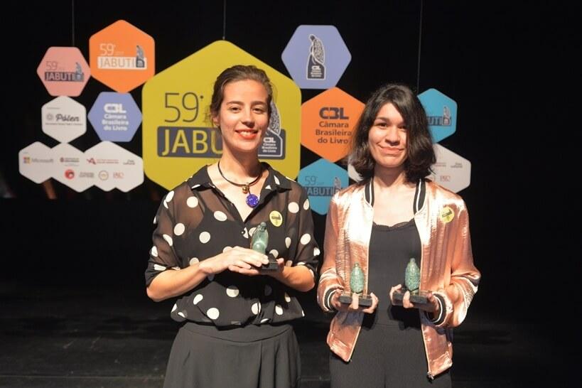 Patrícia Rezende e Valquíria Rabelo recendo o Prêmio Jabuti